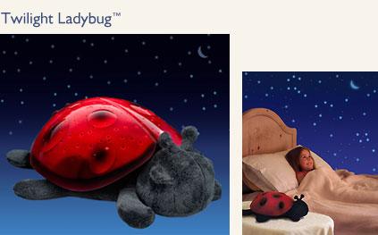 Новинка! Впервые в России! Эксклюзивно только у нас.  Twilight Ladybug Звездная Божья коровка - ночник-светильник для детской комнаты в виде мягкой игрушки, которая проецирует созвездия на потолок, превращая детскую комнату в звездное небо, помогая ребенку сладко уснуть. Производство американской фирмы CloudB Клауд Би