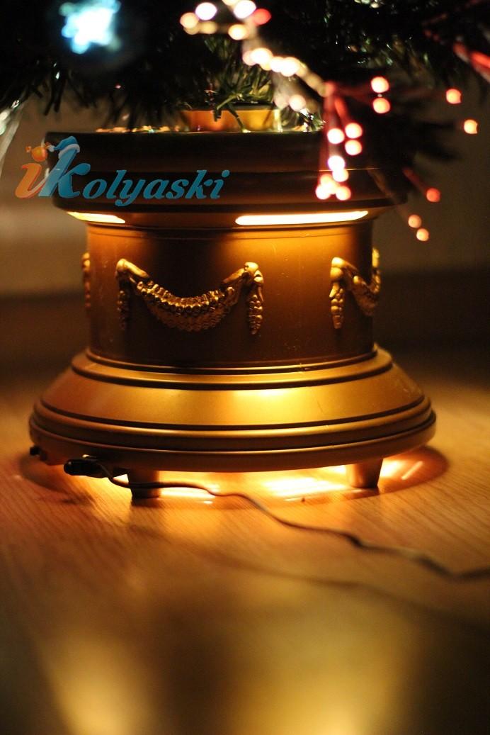 Кдивительно красивая оптоволоконная елка с золотой подставкой в дворцовом стиле ампир