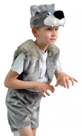 Костюм Волка для детей состоит из комфортных шортиков, пошитых из искусственного меха, с волчьим хвостом, из меховой жилетки  и шапки в виде головы волка с большими волчьими зубами в его пасти. Шапка в костюме Волка пошита с подкладкой из натурального хлопка