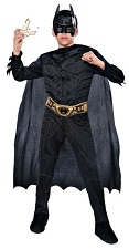 Новый костюм Бэтмена Темный Рыцарь - The Dark Knight Trilogy с 3D пластиковой маской люкс с мягкой пороллоновой защитой внутри, комбинезон с принтованной мускулатурой на груди и ногах, пришиты накладки на обувь, плащ,  ремень и 2 батаранга (оружие Бэтмена в виде летучих мышей) в комплекте, размер S на 3-6 лет, рост 104-120 см, в коробке, Rubies