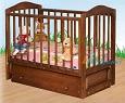 Детская кроватка для новорожденных Аленка А231 универсальный маятник (продольный и поперечный, зависит от Вашей сборки),  закрытый ящик, опускающаяся стенка, 2 уровня ложа,  натуральный массив карельской сосны, фирма АЦДМ, Архангельск, Россия. цвет ОРЕХ