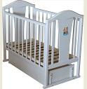 Детская кроватка для новорожденных Аленка А631, универсальный маятник (продольный и поперечный, 2 в 1), закрытый ящик, опускающаяся стенка, 2 уровня ложа, толстая спинка с аппликацией, натуральный массив карельской сосны, цвет БЕЛЫЙ, Россия