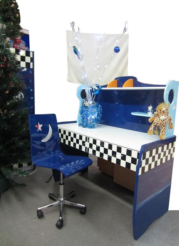 Американская детская спальня для мальчика состоит из 8 предметов: кровать машина Формула-1, тумбочка, рабочий стол, стул, шкаф для одежды, вешалка и зеркало. Эта детская мебель с кроватью-машиной Формула-1 изготовлена из совремнного прочного материала МДФ. Размер ложа в кровати машине 190х90 см.   Американская детская спальня для мальчика выглядит весьма привлекательно и достойно.  Детская мебель с кроватью-машиной динамичного современного дизайна.  Кровать машина Формула-1 имеет приземистую низкую посадку, словно настоящий болид Формулы-1.        Купить спальню для мальчика в таком красивом дизайне можно без всякой предоплаты. Если Вы в Москве или в Ближнем Подмосковье, то доставка может быть в день заказа.      Детская мебель покрыта гипоаллергенными красками и лаками. На мебели нет ни одной наклейки, углы все сглажены. Мебель практична, долговечна и проста в уходе. Поверхность мебели можно протирать влажной тряпочкой.  Мебель для мальчика, фото настощие, живые, без фотошопа.  Спальня для мальчика в нарядном красном цвете, как машины Феррари на Формуле-1. Купить детскую спальню можно, заказав ее с доставкой на дом,  доставка по Москве, в пределах МКАД,  за наш счет. Сборка платная, 10% от стоимости мебели. Мебель с кроватью машиной для детской спальни успешно продается в Америaке, Австралии, и теперь, у нас, в России. Эта детская спальня для мальчика подойдет ребенку на вырост от 3 лет до 1 лет.  Самый модный дизайн спальни для мальчиков с кроватью-машиной. Интерьер спальни для мальчика, детские спальни для мальчиков, дизайн детской спальни для мальчика, самая модная спальня для мальчика 2015     Детская комната с кроватью машиной Формула-1 состоит из разных предметов мебели. Вы можете купить эту детскую мебель попредметно: