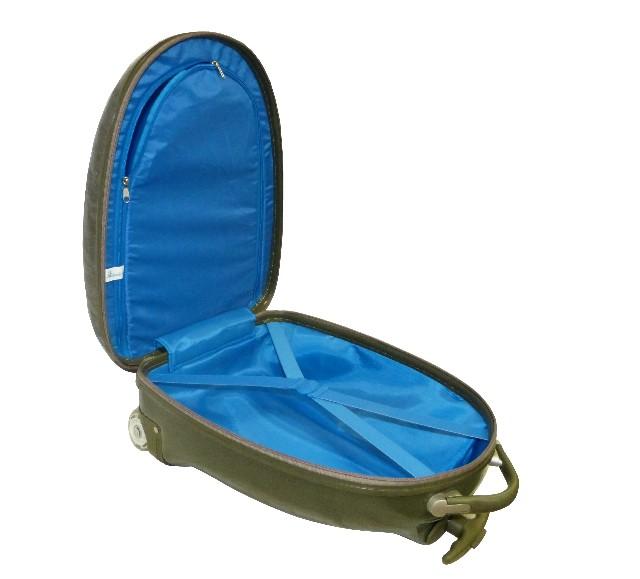 Пластиковые чемоданы на колесиках фирмы Эгги для детей изготовлены из легкого и прочного материала, композитного поликарбоната, что позволяет ребенку с легкостью перевозить в нем собственный багаж, подобно его родителям. Ручка выдвигается при нажатии на кнопку в центре рукоятнм и фиксируется в 2-х положениях по высоте: